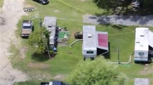 Restos de un caza F-16 y una avioneta que chocaron, en el suelo cerca de Moncks Corner, Carolina del Sur, el 7 de julio de 2015.  Los pasajeros del Cessna murieron y el avión quedó destruido por completo, señaló la Junta Nacional de Seguridad de Transportes. (WCIV-TV via AP) ATRIBUCION OBLIGATORIA. TELEVISION LOCAL NO