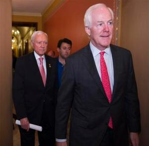 El senador John Cornyn, republicano por Texas, y el senador Orrin Hatch, republicano por Utah, salen de una reunión republicana antes de una sesión esepcial del Senado sobre la extensión de programas de espionaje en Washington, el domingo 31 de mayo de 2015. Los republicanos del Senado no lograron ponerse de acuerdo para ampliar las polémicas cláusulas anti terroristas. Por lo tanto, los programas posteriores a los atentados del 11 de septiembre de 2001 expiraron a medianoche.   (AP Footo/Cliff Owen)