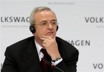Martin Winterkorn, presidente de Volkswagen, durante la conferencia de prensa anual en Wolfsburg, Alemania, el 12 de marzo de 2009. Winterkorn renunció como CEO en septiembre de 2015 luego de que la empresa admitió que falseó pruebas de emisión de contaminantes en sus vehículos. (Foto AP/Joerg Sarbach)