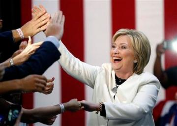 La aspirante a la nominación presidencial demócrata, Hillary Clinton, saluda a sus seguidores a su llegada a un acto de campaña en la noche del Supermartes en Miami, el 1 de marzo de 2016. (Foto AP/Gerald Herbert)